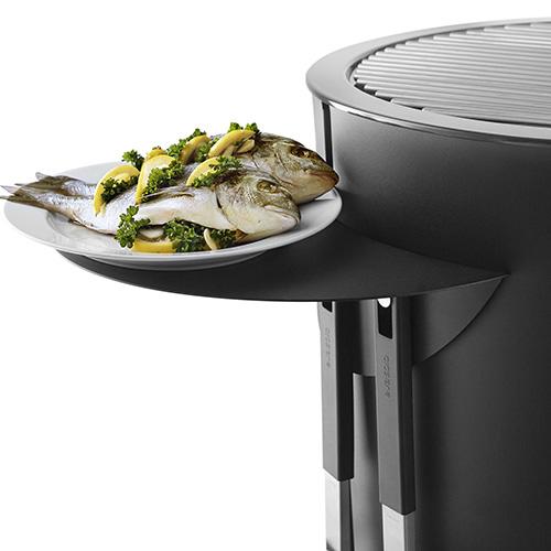 Il ripiano rimovibile per barbecue di Eva Solo è utile perché offre un piano di lavoro che permette ad esempio di appoggiare i piatti (139.95 euro)