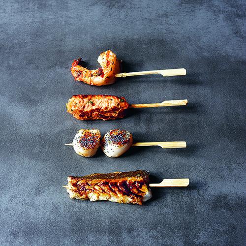 Sul libro di Stéphane Reynaud le ricette arrivano da tutto il mondo, come nel caso dei tipici spiedini della cucina giapponese: gli yakitori