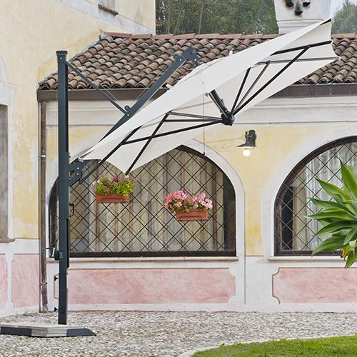 L'ombrellone monobraccio di Pircher: ha un sistema di apertura retrattile che permette la chiusura vicino al sostegno verticale evitando di dover spostare i mobili sottostanti