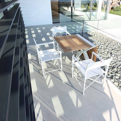 Per essere pronti agli ospiti in più Royal Botania presenta il tavolo pieghevole Traverse: piegato a metà è perfetto per due persone, mentre quando è aperto accoglie sei commensali