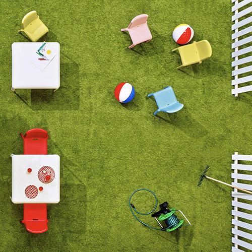 Da spazio gioco per i bambini a cenetta romantica, senza cambiare stile. Nella foto la sedia Snow di Pedrali nella versione per grandi e piccini