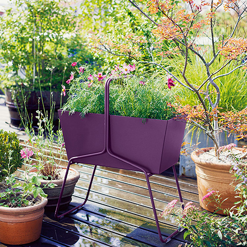 Per arredare il balcone con i fiori: la fioriera Basket di Fermob è leggera e semplice da spostare (nella foto di apertura la collezione Bistro in vendita su www.madeindesign.it)