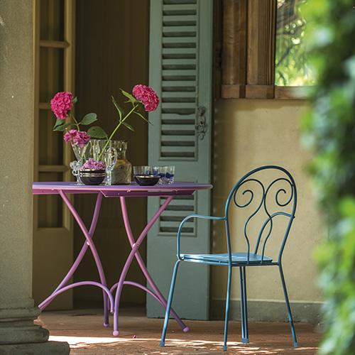 Osate con i colori. Emu ha rivisitato la collezione Pigalle riproponendola nella coloratissima serie Caprera che si distingue anche per elementi decorativi in tondino di acciaio sullo schienale delle sedie