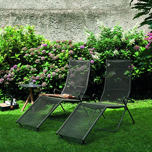 Non solo a bordo piscina, un lettino sta bene anche in giardino. Perché no? Harp di Roda è reclinabile e può essere richiuso per riporlo con facilità e senza ingombrare troppo spazio