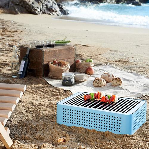 Non solo sul prato. Mon Oncle di Rs Barcellona è compatto, leggero e vi segue anche per un picnic in spiaggia (270 euro su www.madeindesign.it)