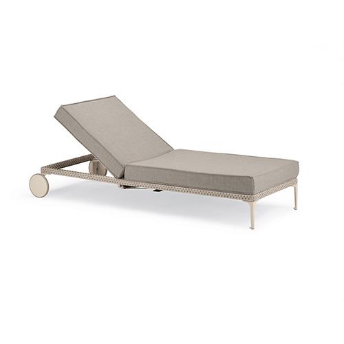 Il lettino della collezione Ryan, disegnata da Philippe Starck per Dedon, è dotato di pratiche ruote e ha lo schienale reclinabile