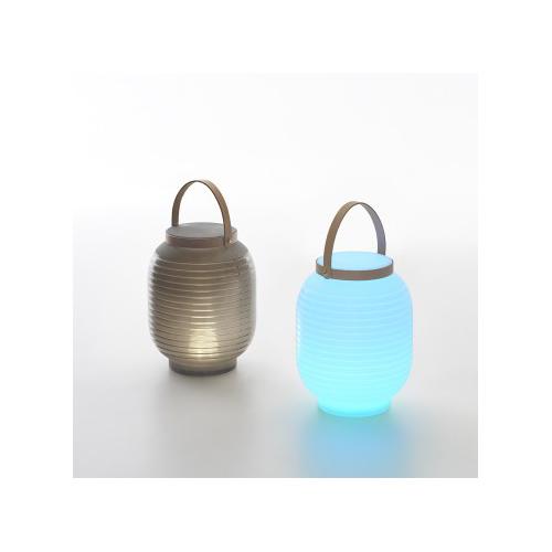 Honey di Serralunga è una collezione di lanterne portatili che, grazie al sistema di illuminazione esterna con LED a ricarica, possono essere portate anche in luoghi dove non si dispone di prese di corrente