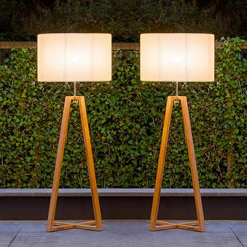 Per arricchire un salotto all'aria aperta: Club di Royal Botania è un lampada da terra realizzata in teak o in acciaio inox