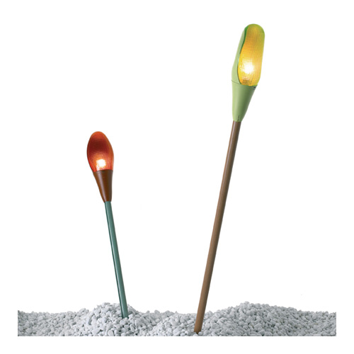 Pod Lens di Luceplan si ispira alla forma dei boccioli dei fiori. È progettata per essere appesa tra gli alberi, fissata a una parete o piantata nel terreno