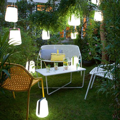 Balad di Fermob è senza fili e si sposta facilmente grazie al manico in alluminio. In giardino o sul terrazzo, è ideale per creare un'atmosfera luminosa soffusa in occasione dei pasti (in vendita su www.madeindesign.it)