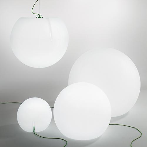 Happy Apple di Pedrali è una sfera da terra e a sospensione. La pratica maniglia posizionata sulla base la rendono facile da prendere, spostare e appendere