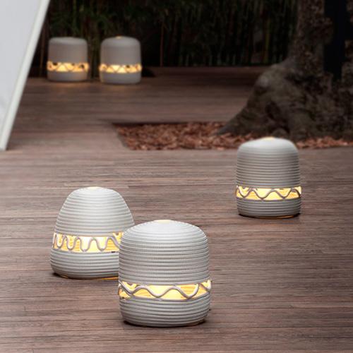 Utilizzabili sia a terra sia a tavolo, la serie di lanterne Agadir di Paola Lenti sono alimentate con una batteria che consente un'autonomia di circa sei ore alla massima luminosità