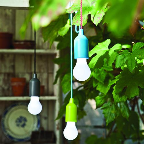 Appese in alto separatamente, oppure tutte insieme per un originale effetto a grappolo: è Pull Lamp di Maiuguali. Il cavo, che serve anche da accensione e spegnimento, è in nylon colorato