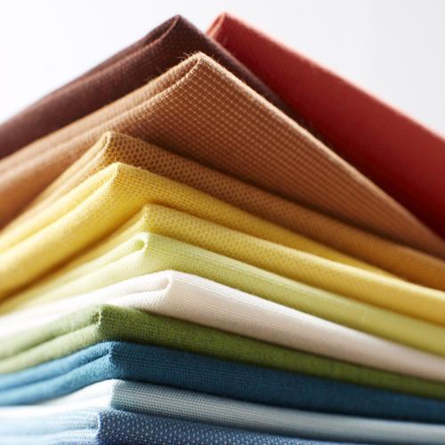 Sunbrella, collezione In&Out, linea Solids. Ovvero 48 referenze di cui 14 novità. Si tratta di colori luminosi e sofisticati, pensati sia per l'indoor che per l'outdoor. Garantiti 5 anni, sono in tessuto idrorepellente e lavabili in lavatrice