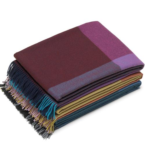 Vitra, Colour Block Blankets di Hella Jongerius. 4 blocchi di colore a contrasto si uniscono in queste coperte che vantano la pregiata lana degli altipiani peruviani