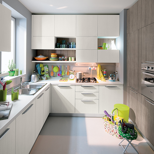 Ottimizza ogni centimetro quadrato, la cucina Start-Time di Veneta Cucine: forme essenziali e funzionali e uno studiato contrasto cromatico bianco-grigio, per movimentare e dilatare gli spazi