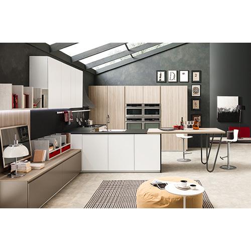 Cucina a vista completamente integrata nel soggiorno. Volumia di Febal Casa si distingue per volumi più ampi e maggior fruibilità dei piani di lavoro