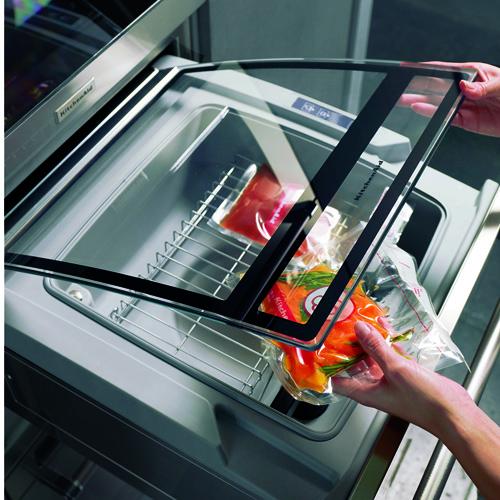 KitchenAid, macchina per il sottovuoto della linea Chef Touch. Il sistema Chef Touch consente di sigillare i cibi freschi o crudi nelle apposite buste per il sottovuoto. Una volta che la macchina avrà creato il sottovuoto basterà mettere in forno la busta oppure riporla nel frigorifero o nel congelatore