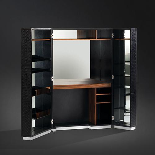 Condotti di Flou è un baule-scrivania con pareti a specchio. Il piano è estraibile ed è illuminato da luci con sensore a lettura di movimento