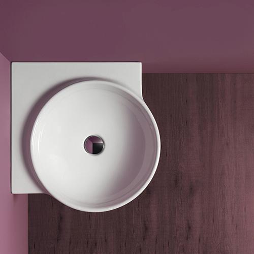I bagni molto piccoli sono spesso un esercizio di colpi di genio per ottimizzare gli spazi. Flow è un lavabo sospeso di Simas che prevede anche un piccolo spazio di appoggio posteriore. Se sulla parete si collocheranno due specchi, si otterrà anche l'effetto visivo di ampliare la profondità della stanza. Flow è da considerare anche come agile lavamani in altre camere, per esempio quella da letto