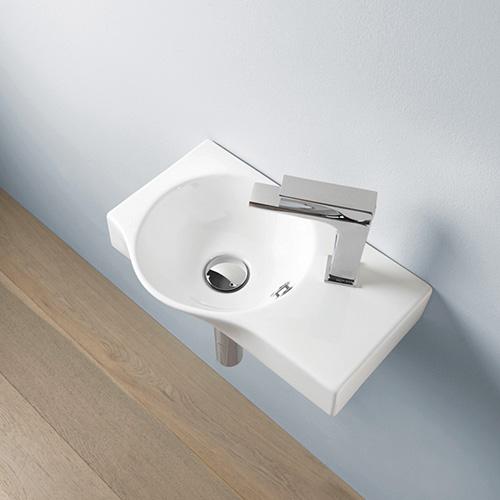 I lavamano non sono più destinati ad essere il brutto anatroccolo della categoria. Come Union disegnato da Meneghello Paolelli Associati per The.Artceram. Nonostante le mini dimensioni (22x27x12) il lavabo prevede anche un piccolo spazio di appoggio laterale