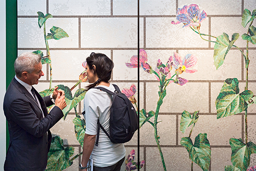 Decoro in mosaico di vetro, tecnica mista, tessere 10x10 mm. È Calystegia di Kiki van Eijk