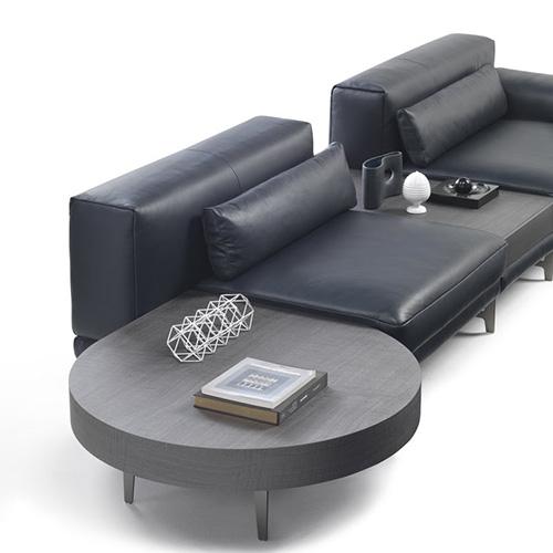 Il coffee table Ido di Natuzzi ha esili e leggere gambe metalliche. Trova facilmente spazio come tavolino accanto a divani e poltrone