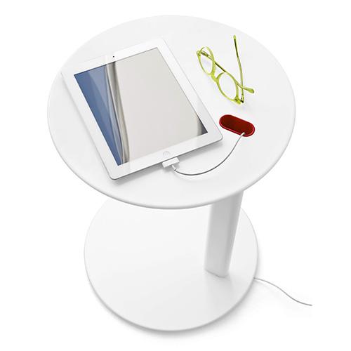 Tender di Calligaris  può essere utilizzato come tavolino d'appoggio accanto al divano oppure al letto. È dotato di un passacavi integrato nella struttura che permette di inserire qualsiasi cavo elettrico nascondendolo alla vista