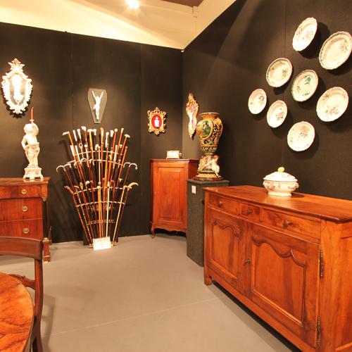 Antiquariato Nazionale offre un'interessante e ricca esposizione di pezzi di vario genere