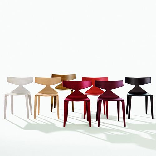 Saya di Arper è fluida nelle linee e calda sia nei materiali che nei colori. La sedia è disponibile in essenza di rovere, nelle tinte naturale e teak, e nei colori tinti a poro aperto bianco, nero, ocra e rosso in tre diverse tonalità
