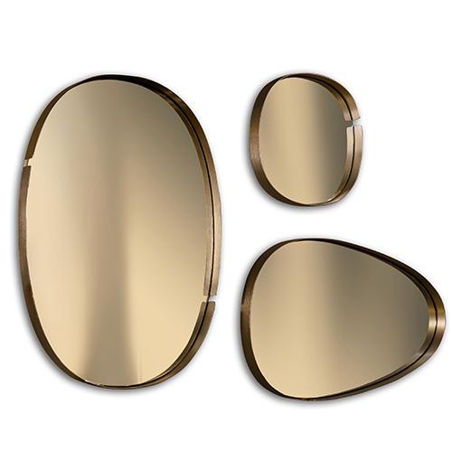 Per illuminare la stanza e dedicato agli amanti del gusto rétro: gli specchi Lumiere di Riflessi sono realizzati in acciaio spazzolato con finitura oro rosa