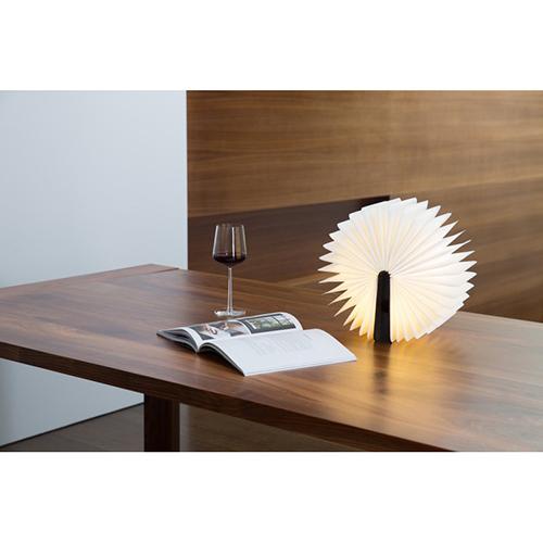 La lampada di Max Gunawan si può spostare in ogni angolo della casa, oppure portare con sé in borsa o in valigia