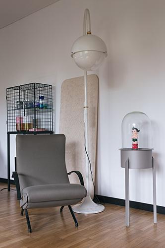 Tavolino espositore Florian, autoprodotto nel 2011, in acciaio, vetro e pelle. Accanto vediamo la poltrona P40 di Osvaldo Borsani per Tecno