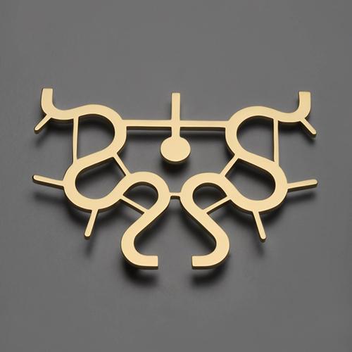 Il prototipo di un gioiello, un pendente in oro a 24 carati di Mendini