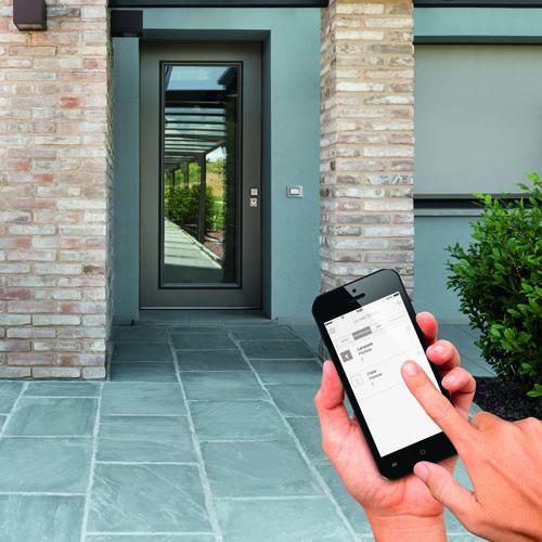 Matik App di Vighi Security Doors è una porta d'ingresso automatica che si apre tramite smartphone grazie alla tecnologia bluetooth, sia su telefoni con sistemi Ios sia Android. Questa blindata è stata riconosciuta antieffrazione in classe 4 e conserva anche un'apertura con chiave meccanica