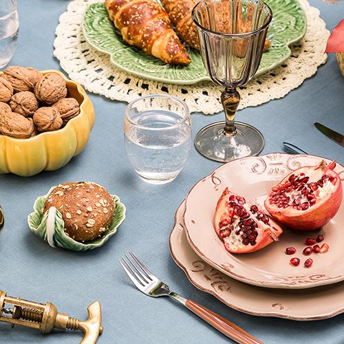 Riuniendo gli amici a casa in questo periodo dell'anno, si può cogliere l'occasione di organizzare una serata banchettando con pietanze e colori d'autunno. È la tavola di Halloween secondo Dalani