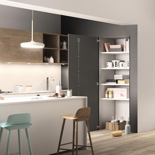 Skema su Vano Finito di FerreroLegno, utilizzato qui per un vano cucina, nella versione grezza nella stessa tonalità della parete, con apertura a battente e telaio a tre strati