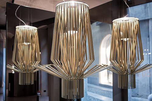 È ospite dello spazio anche la sospensione Allegro, realizzata in alluminio verniciato e metallo cromato
