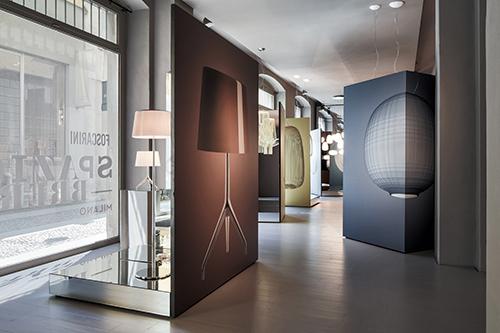 I giochi di specchi ideati da Ferruccio Laviani e le grandi foto di Massimo Gardone fanno da cornice ad alcuni dei modelli più amati della collezione del brand