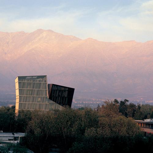 """Il """"Nobel"""" per l'architettura: è il Pritzker architecture prize, 100mila dollari, una medaglia, nessuna spesa. Gli esperti - architetti, critici, accademici - fanno le candidature, e chiunque con competenze può segnalare un nome per email. Alejandro Aravena vince nel 2016 con le Siamese Towers"""