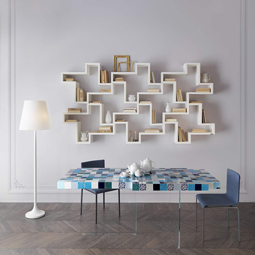 I moduli della libreria LagoLinea di Lago permettono di attrezzare pareti in modo originale disegnando sagome figurative o classiche che si caratterizzano per la leggerezza