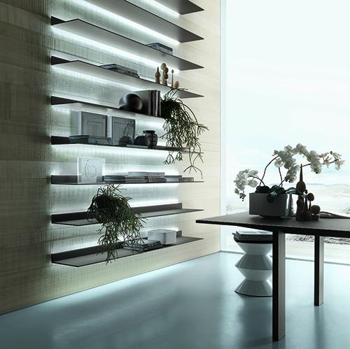 Eos di Rimadesio è un sistema di mensole a parete: il progetto unisce in soli 8 millimetri di spessore un top in vetro laccato con una struttura in alluminio laccato ed è arricchito da un sistema di illuminazione a led