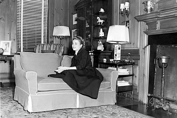 Grace Kelly nel salotto della sua casa natale a Philadelphia