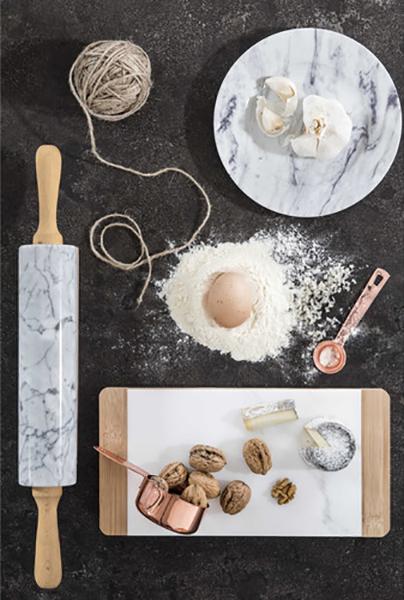 Il tagliere per foie gras in marmo è firmato Maisons du Monde. Prezzo: 14,99 euro