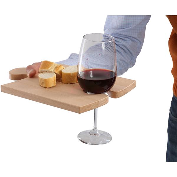 Puzzle wood è realizzato in legno di faggio. Può essere un vassoio porta vivande e reggi bicchiere e all'occorrenza trasformarsi in un tagliere componibile. Il set si compone di due pezzi