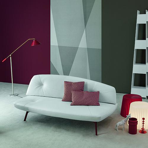 Bandy di Bonaldo si trasforma agevolmente da divano a letto: il meccanismo è manuale, con la seduta che avanza e lo schienale che scende per formare un comodo piano letto