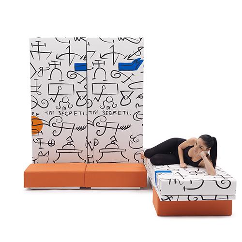 La divertente proposta di Campeggi si chiama Altolà. Grazie alla sua composizione modulare può essere utilizzato come letto singolo, più letti singoli o un matrimoniale. Quando la struttura è posta in verticale i letti fungono da pannelli capaci di arredare una parete o   separare gli ambienti