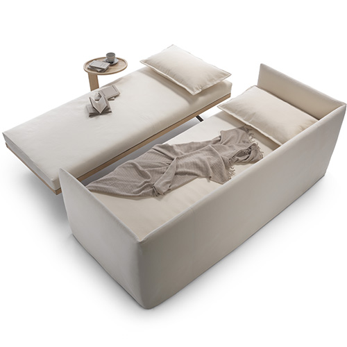 Twins di Flexform presenta un esile schienale imbottito arricchito da morbidi cuscini e offre la possibilità di avere due letti singoli indipendenti, anche affiancabili a formare un letto matrimoniale