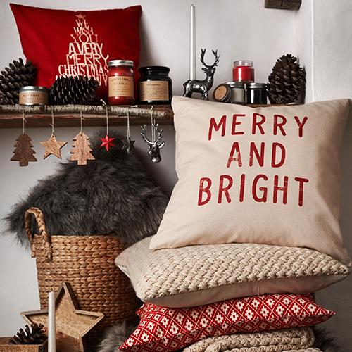 Il divano è il re del salotto. A Natale è possibile rifargli il look grazie ai cuscini che assolvono un duplice ruolo: sono decorativi e allo stesso tempo funzionali (collezione di H&M Home da 7.99 euro)