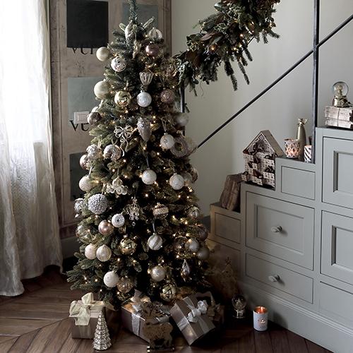 Coincasa si ispira all'inverno nordico in cui prevalgono il bianco puro e le tonalità del grigio e del turchese illuminati da tocchi d'argento e trasparenze